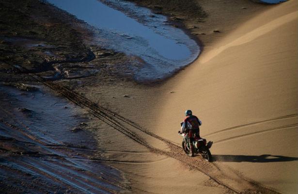 Петерансель наавтомобиле сбил мотоциклиста впроцессе «Дакара»